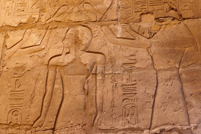 Oude Egyptische schilderijen en hiërogliefen op muur in Karnak-Tempel Complex in Luxor, Egypte stock foto's