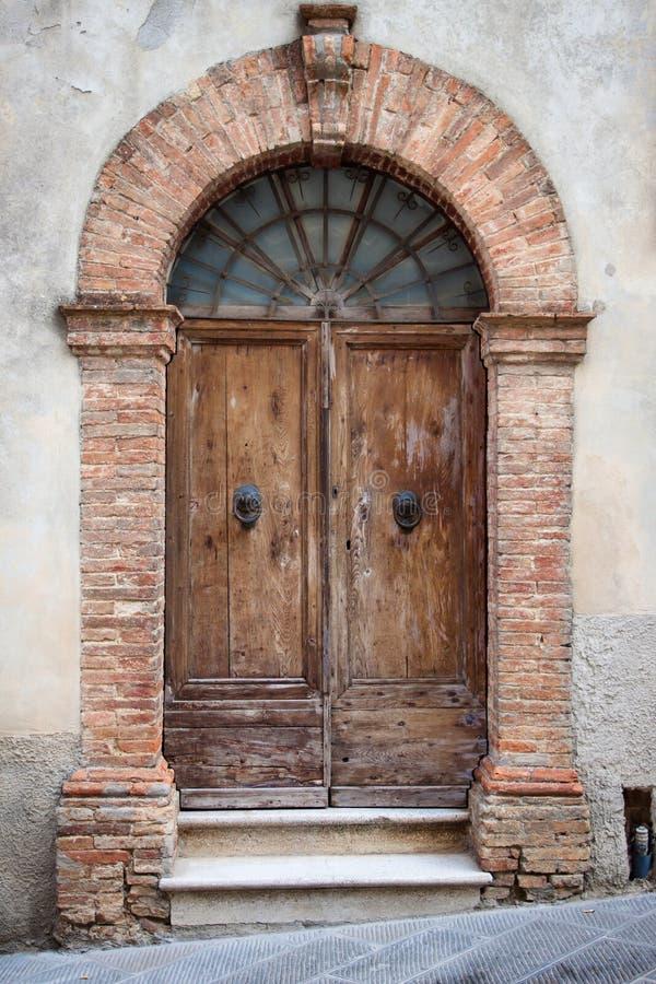 Oude elegante deur in Italië stock foto's