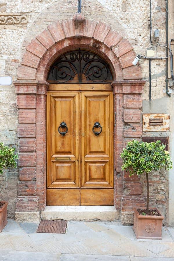 Oude elegante deur in Italië stock afbeeldingen