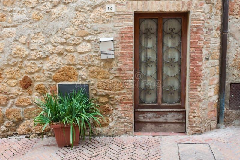 Oude elegante deur Toscaans Italië stock fotografie