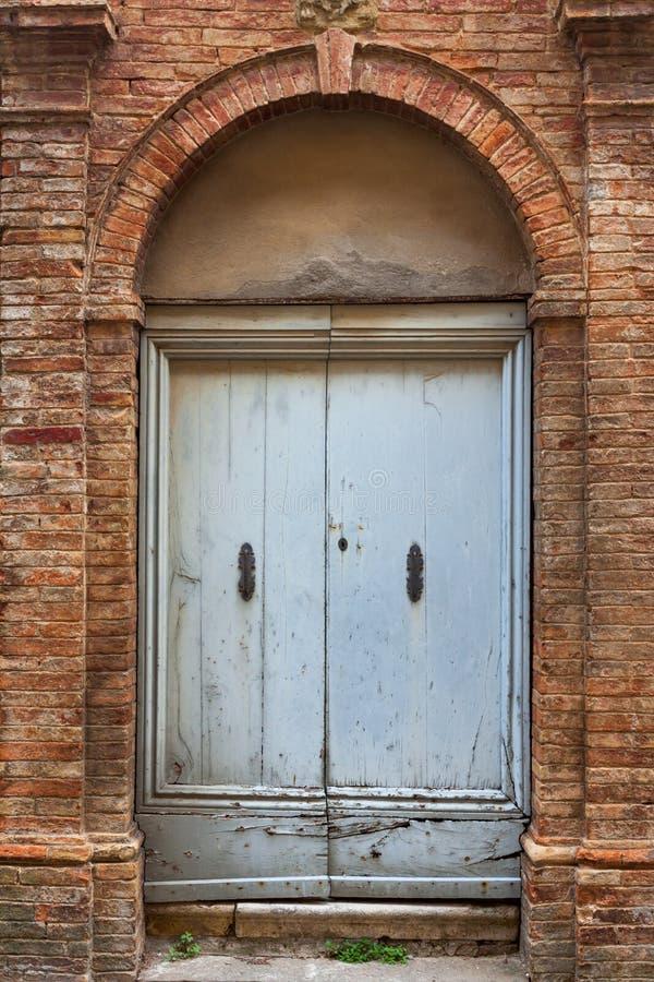 Oude elegante deur Toscaans Italië stock foto's