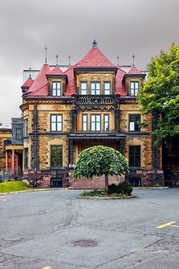 Oude elegante historische victorian huisvoorgevel met steenmuur in Montreal, Quebec, Canada stock foto