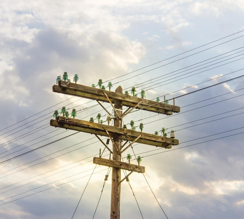 Oude elektriciteitspool stock foto's