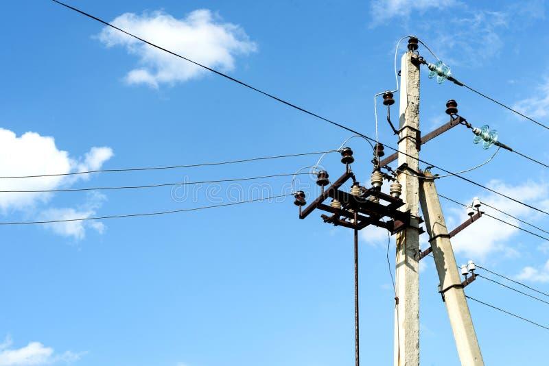 Oude Elektriciteitspyloon en Kabels stock foto