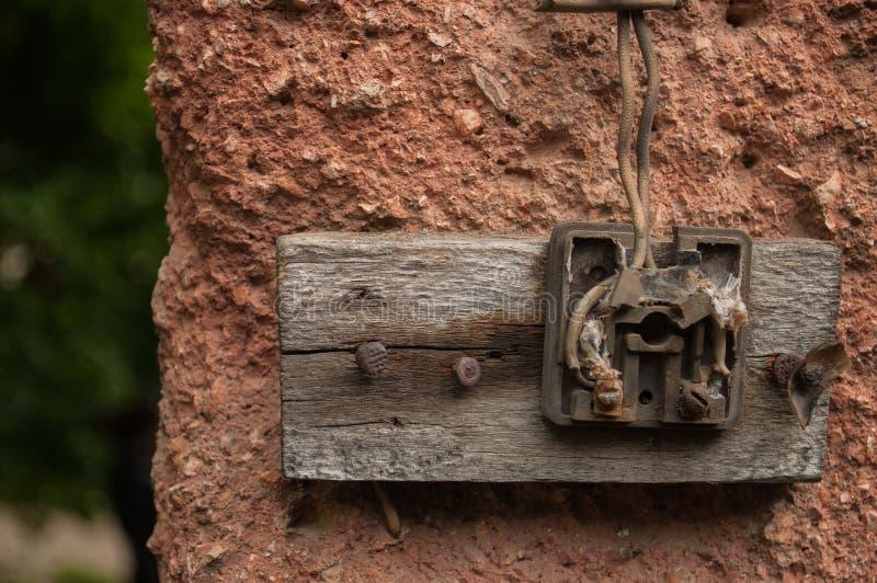 Oude elektrische afzet in een oud huisbinnenland stock afbeelding
