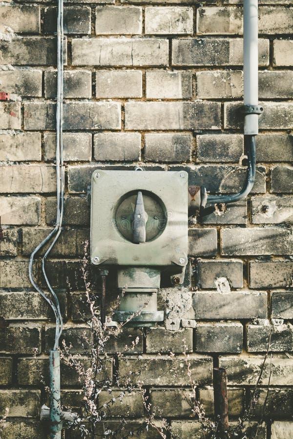 Oude elektrodoos op een muur royalty-vrije stock foto