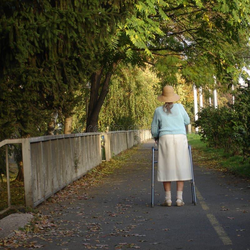 Oude en alleen dame stock fotografie
