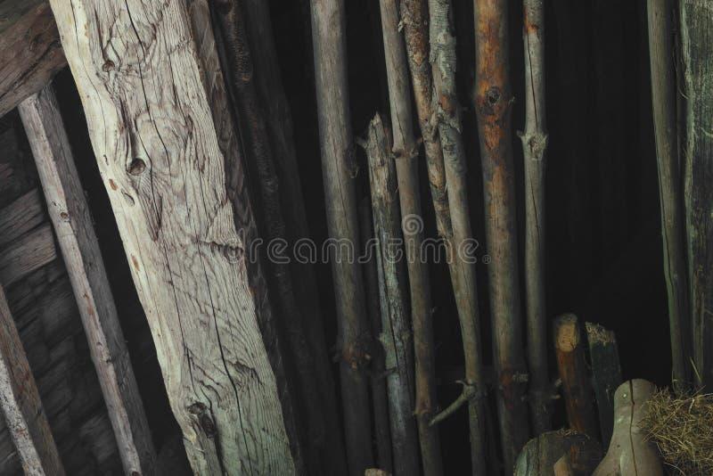 Oude en droge houten die takken in de schuur zolderachtergrond su worden geplaatst stock afbeeldingen