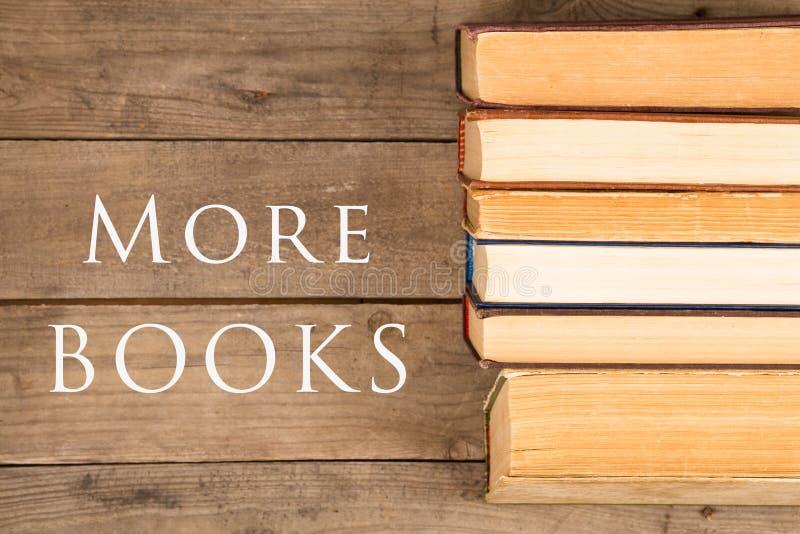 Oude en gebruikte boek met harde kaftboeken of handboeken en tekst Meer boeken royalty-vrije stock afbeeldingen