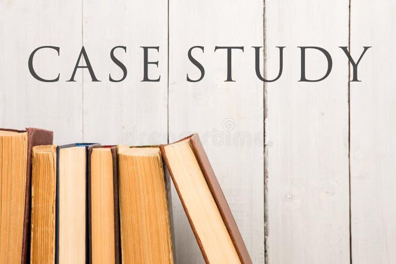 Oude en gebruikte boek met harde kaftboeken of handboeken en tekstgevallenanalyse stock foto