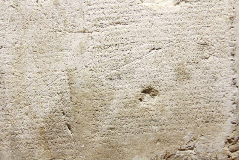 Oude en Oude Historische Antieke Griekse Tekst op Clay Tablets Vindt in het Museum van de Stad van Taormina, het Eiland van Sicil stock fotografie