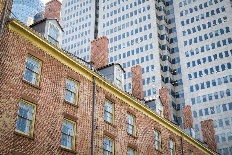 Oude en moderne gebouwen in de Stad van New York stock afbeelding