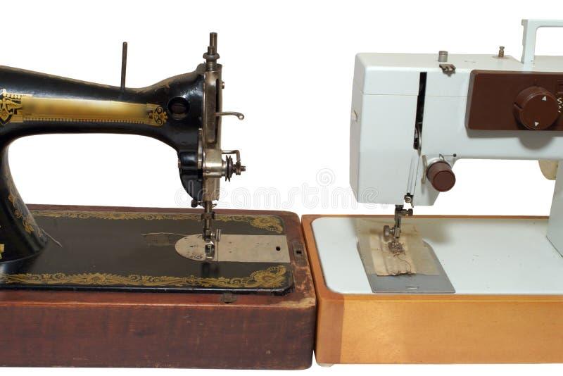 Oude en nieuwe naaimachines, tribune tegen elkaar stock afbeeldingen