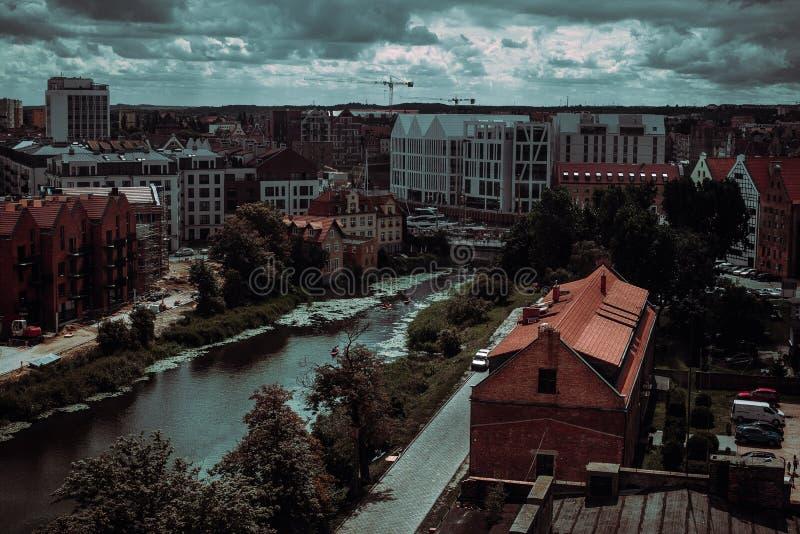 Oude en nieuwe poetsmiddelarchitectuur Cityscape met rivier Avonturenvakantie Reis naar Gdansk De gebouwenachtergrond van Europa  stock afbeelding