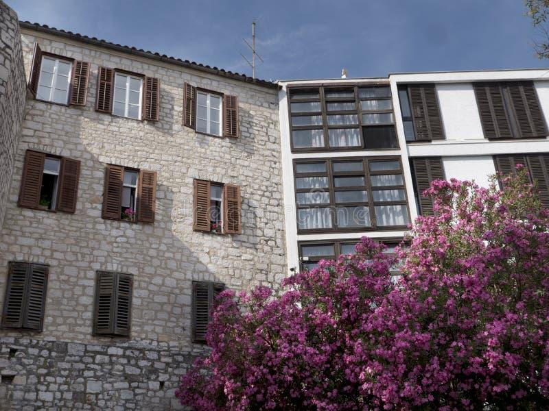 Oude en nieuwe stijlgebouwen in Sibenik Kroatië royalty-vrije stock afbeeldingen