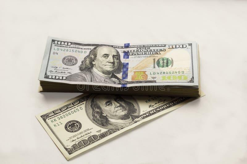 Oude en nieuwe vriendelijke de honderd-dollar van gelddollars rekeningen op witte achtergrond, hoogste mening stock fotografie