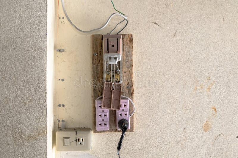 Oude en Onveilige Uitstekende Stijl Elektronische Plastic Stroomonderbreker Concept Veiligheid in de het Werkplaats royalty-vrije stock fotografie
