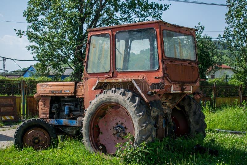 Oude en roestige landbouwmachines royalty-vrije stock foto's