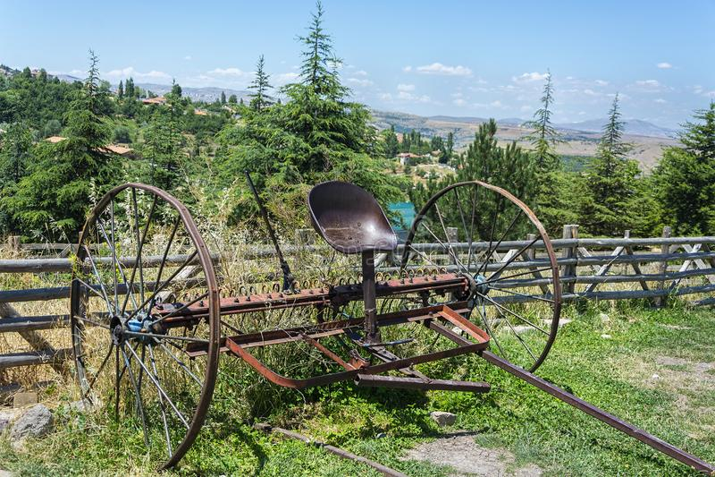 Oude en roestige ploeg - Ouderwetse landbouwploeg stock afbeelding