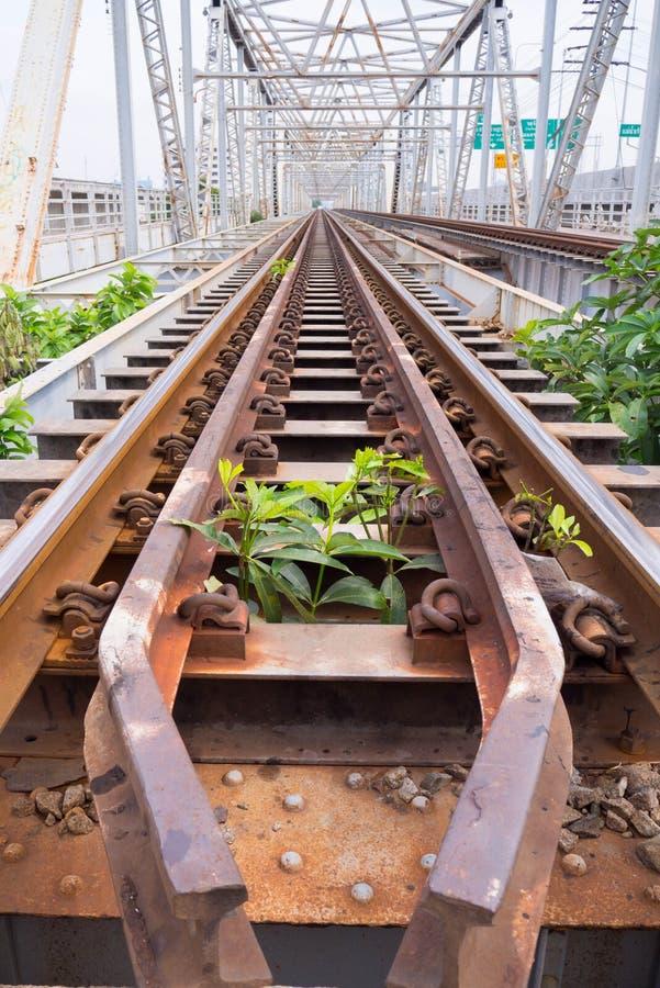 Oude en roestige spoorweg op Rama 6 Brug over Chao Phraya-rivier royalty-vrije stock foto