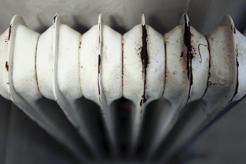 Oude en roestige verwarmer stock afbeelding