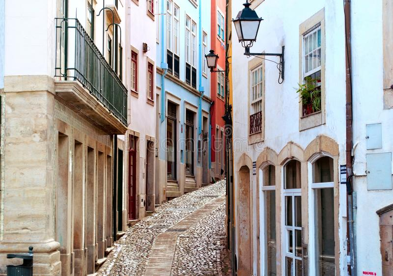 Oude en smalle straat in Coimbra, Portugal royalty-vrije stock afbeelding