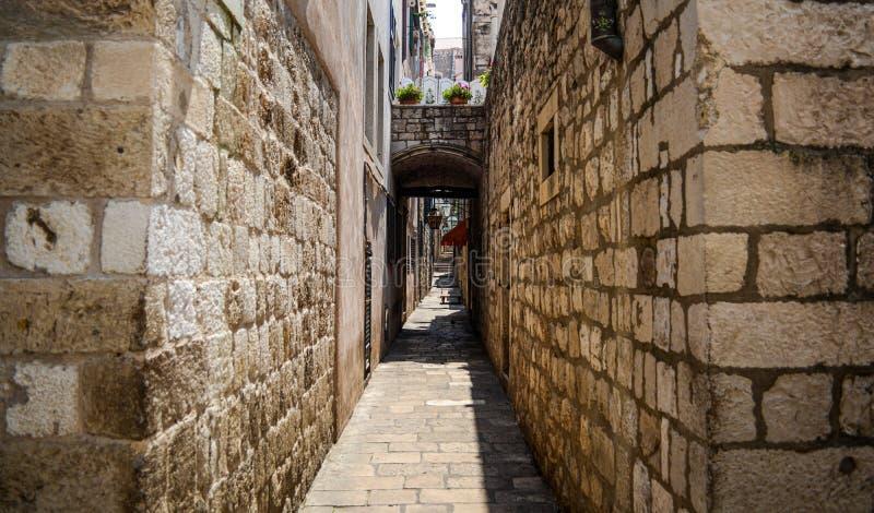 Oude en smalle straat in dubrovnik, Kroatië stock fotografie