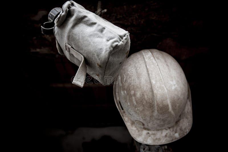 Oude en stoffige militaire uitrusting helm en kantine royalty-vrije stock afbeeldingen