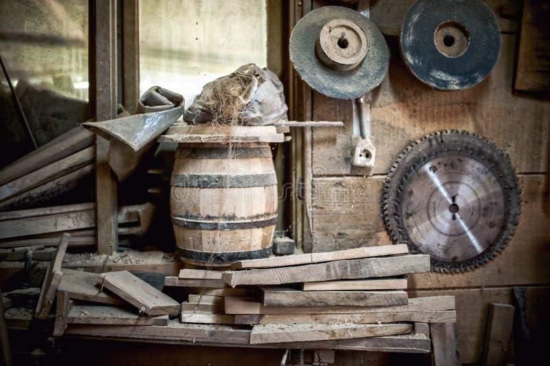 Oude en stoffige, uitstekende workshop van een timmerman met spinneweb stock afbeelding