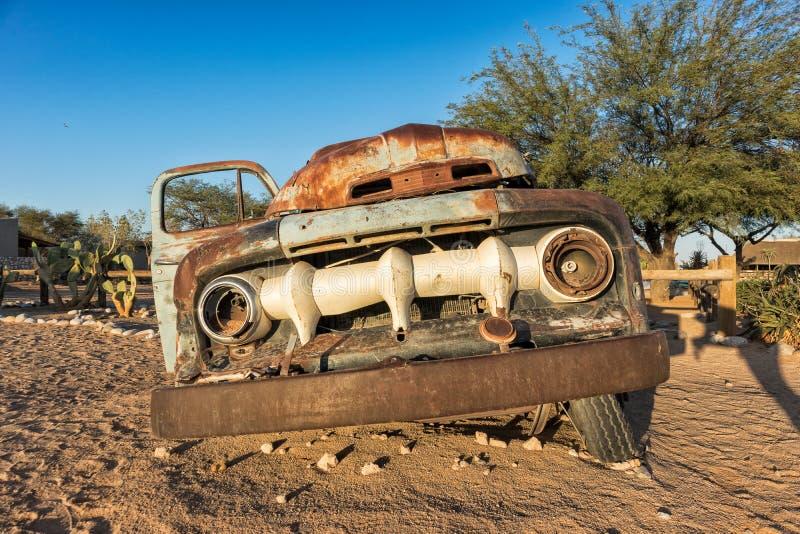 Oude en verlaten auto in de woestijn van Namibië solitaire Met het mooie licht van de zonsopgang stock fotografie
