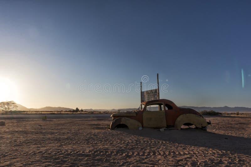 Oude en verlaten auto in de woestijn van Namibië solitaire Met het mooie licht van de zonsopgang royalty-vrije stock afbeeldingen