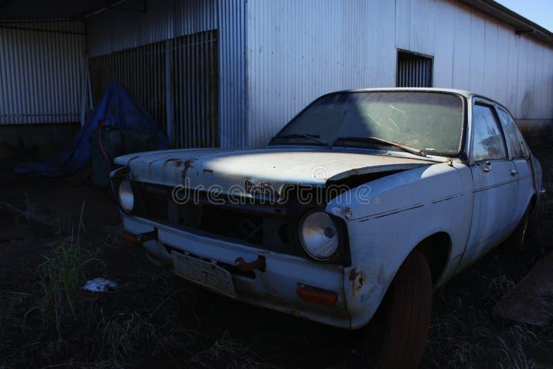 Oude en verlaten blauwe auto stock fotografie