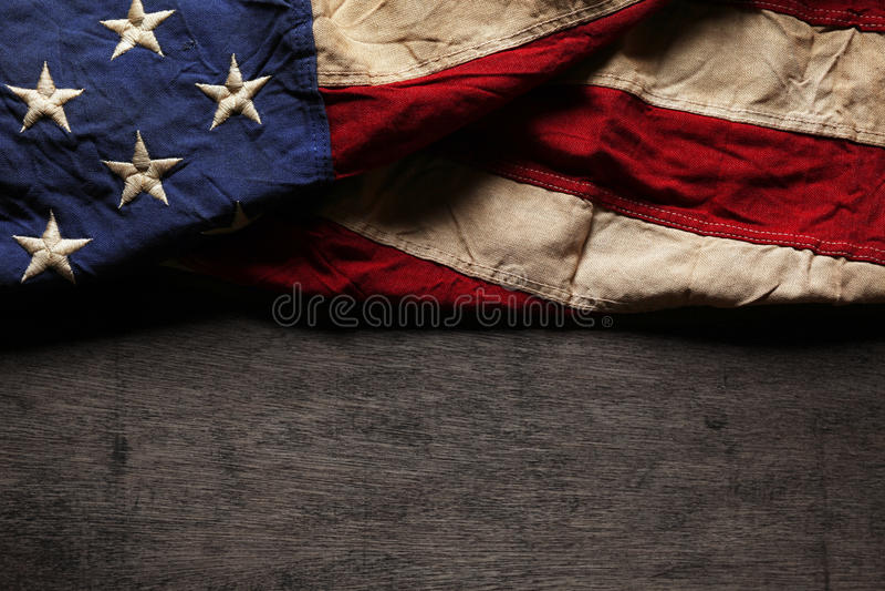 Oude en versleten Amerikaanse vlag stock afbeelding