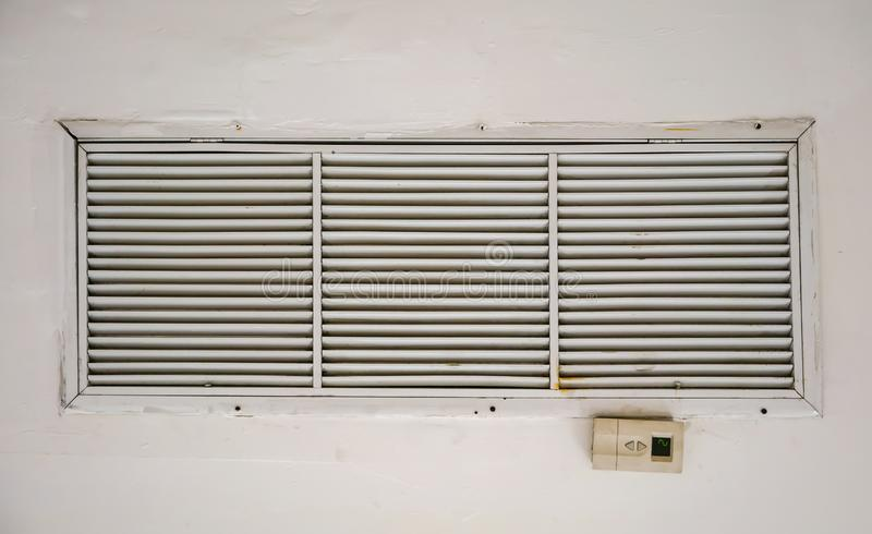 Oude en vuile het gatenventilator van de luchtleidingsopening met afstandsbediening op plafond in het opbouwen van ventilatiesyst royalty-vrije stock foto
