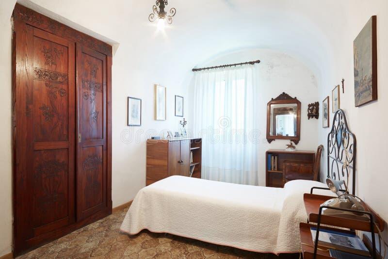 Oude, enige slaapkamer in oud binnenland royalty-vrije stock foto's