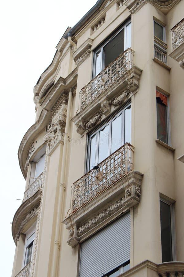 Oude Europese architectonische hoek met balkons en ramen stock foto