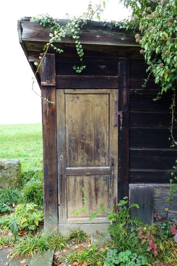 Oude Europese die Tuin met Wijnstokken wordt afgeworpen stock foto