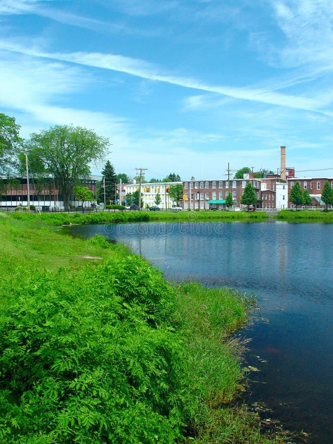 Oude Fabriek bij de vijver royalty-vrije stock fotografie