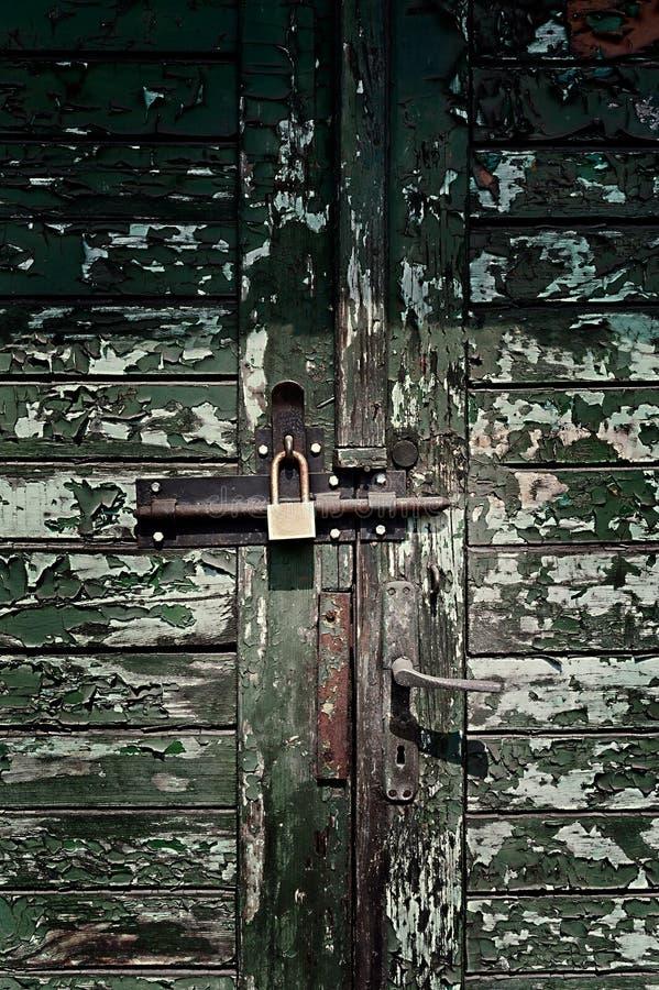 Oude fabrieksingang met groene deuren stock foto