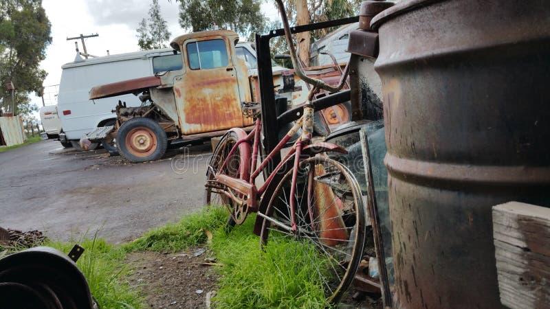 Oude fiets bij autokerkhof royalty-vrije stock afbeelding