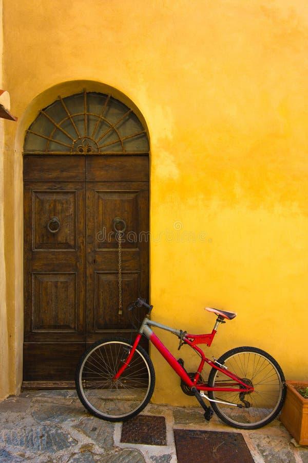 Oude fiets dichtbij de deur royalty-vrije stock fotografie