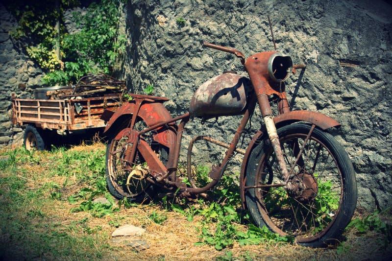 Oude fiets die op de straat van een dorp in Spanje leunen royalty-vrije stock fotografie
