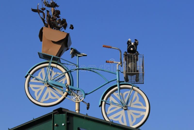 Oude fiets met hond en installatie bovenop de bouw, Landbouwersmarkt, Rochester, New York, 2017 royalty-vrije stock foto's