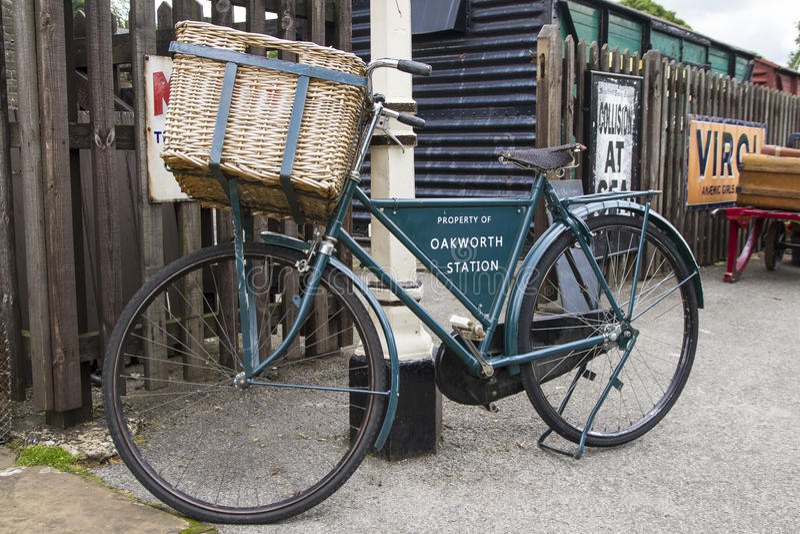 Oude fiets op platform van Oakworth-Post, met een waarde van Valleispoorweg Yorkshire, Engeland, het UK, royalty-vrije stock afbeelding