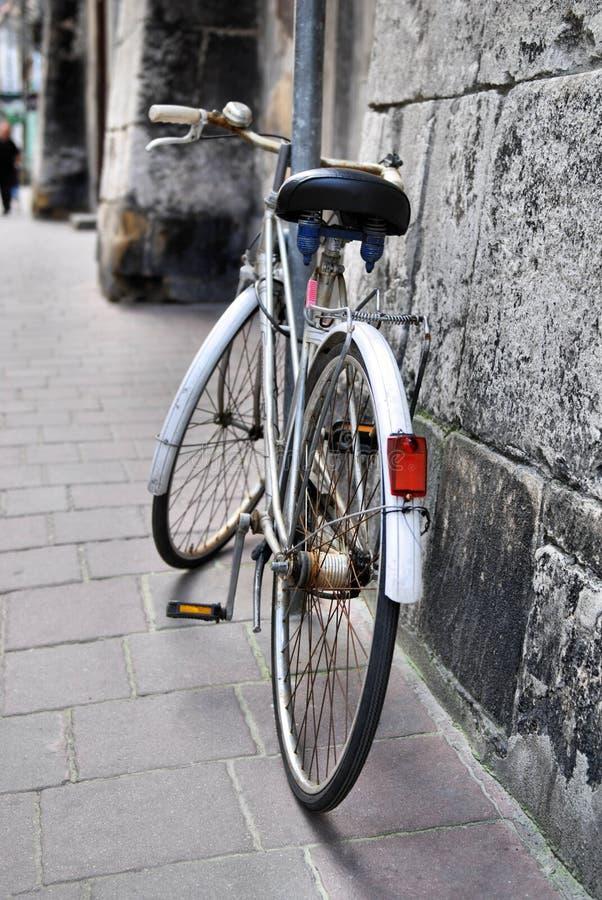 Oude fiets op stadsstraat royalty-vrije stock afbeelding