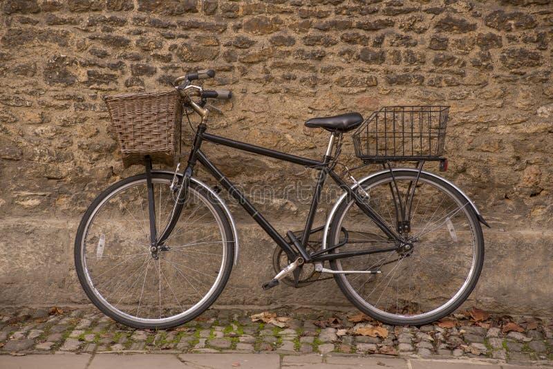 Oude fiets in oxford stock afbeelding afbeelding bestaande uit fiets 62062091 - Leunde tegen castorama prieel ...