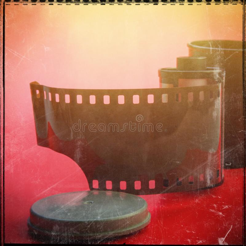 Oude filmcassette en een open container stock foto