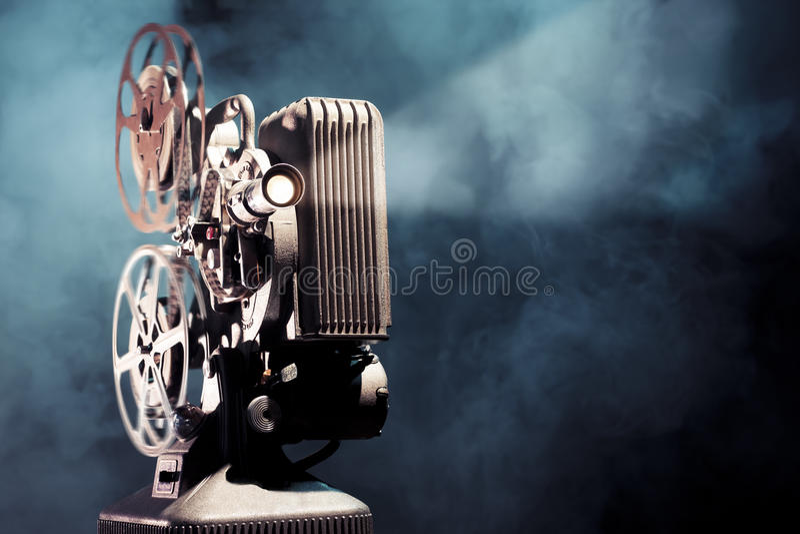 Oude filmprojector met dramatische verlichting royalty-vrije stock afbeelding