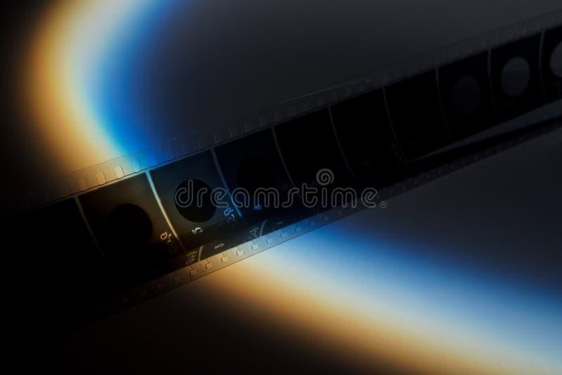 Oude filmstrook met blauwe schaduw op dark stock foto's