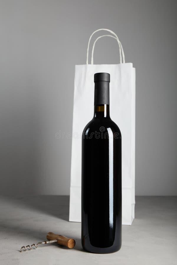 Oude Fles Rode Wijn Alcoholische drank stock afbeelding